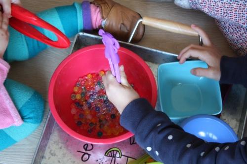 perles d'eau,transvaser,activité bébé,activité enfant,1-2 ans,4-6 ans