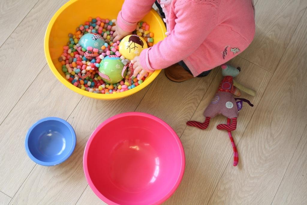 Transvaser activité éveil bébé Montessori (2).JPG